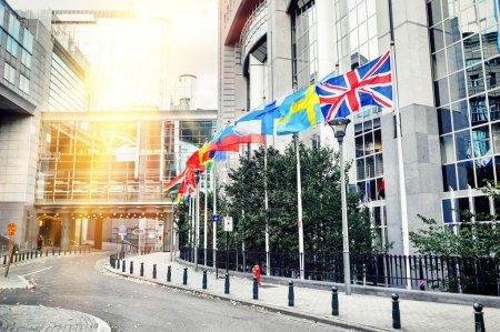 Photo pour Agitant des drapeaux devant le bâtiment du Parlement européen. Bruxelles, Belgique. Contexte de l'Union européenne - image libre de droit