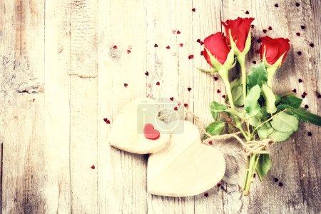 Photo pour Bouquet de roses rouges au cœur décoratif. Concept de St Valentin avec espace de copie - image libre de droit
