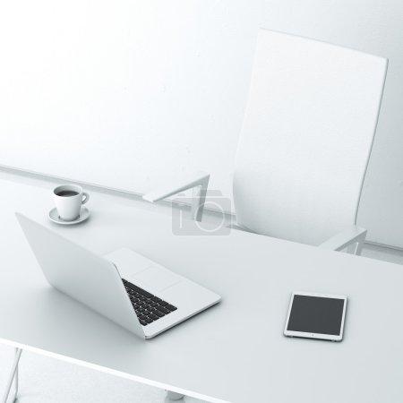 Foto de Trabajo moderno en la oficina con la pared blanca - Imagen libre de derechos