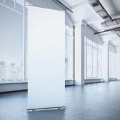 Bílý vyhrnout banner v moderním interiéru. 3D vykreslování