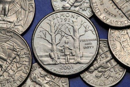Photo pour Pièces de monnaie des Usa. Érables avec sap seaux et montagne de bosse de chameau représenté sur le trimestre nous Vermont (2001). - image libre de droit