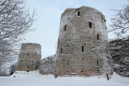 Foto de Ryabinovka Tower (R) and Vyshka Tower (L) of the Izborsk Fortress near Pskov, Russia. - Imagen libre de derechos