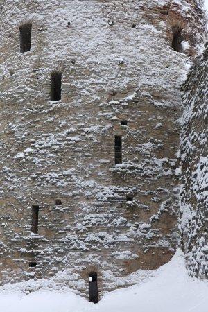Foto de Ryabinovka Tower of the Izborsk Fortress near Pskov, Russia. - Imagen libre de derechos