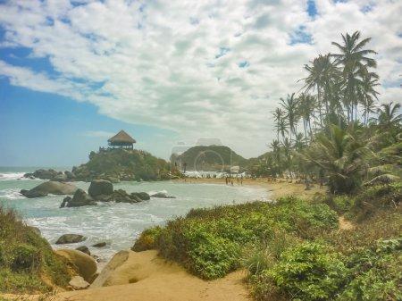 Photo pour Belle journée ensoleillée à la plage de Cabo San Juan, la plage la plus célèbre du parc de tayrona, une zone touristique protégée dans la région colombienne des Caraïbes du Nord . - image libre de droit
