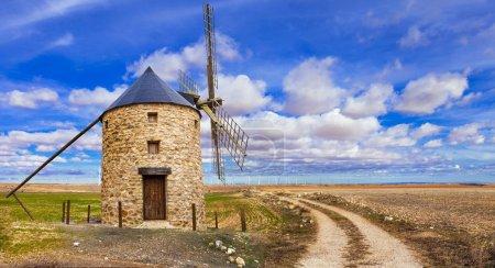 Photo pour Moulins à vent espagnols campagne espagnole - image libre de droit