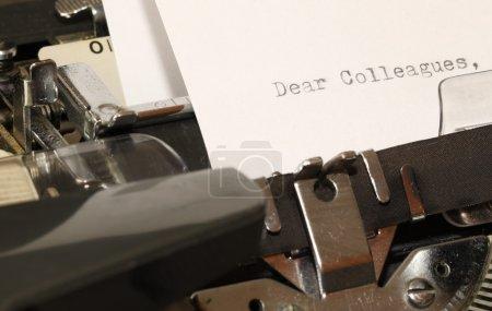 Photo pour Lettre avec titre Chers collègues tapés sur une vieille machine à écrire - image libre de droit