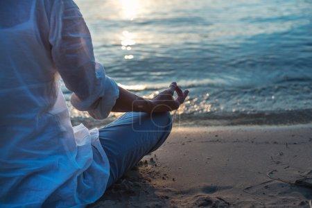 Photo pour Femme méditant à la mer au clair de lune - image libre de droit