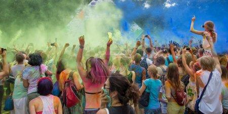 Photo pour Célébrants danse pendant le festival de holi couleur - image libre de droit