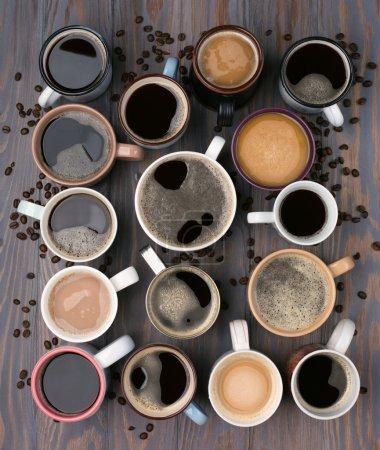 Photo pour Beaucoup de tasses de café sur le fond en bois, vue supérieure. Idées communication concept d'entreprise. Vue du haut, style laïc plat - image libre de droit