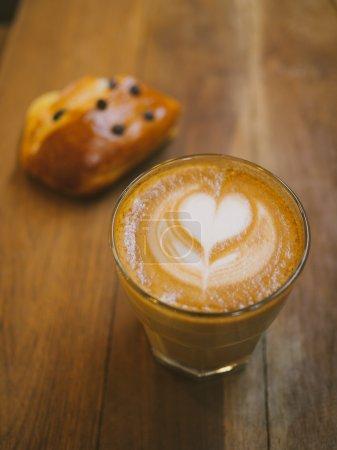 Photo pour Tasse de café latte art sur le bureau en bois - image libre de droit