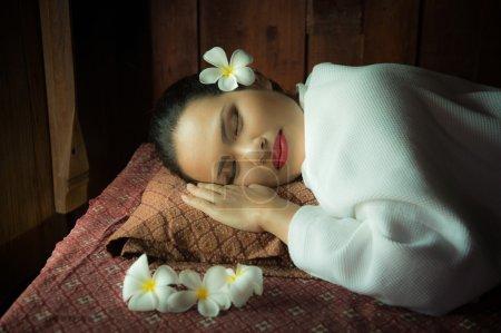 Photo pour Masseur faisant massage sur le corps de la femme Asain dans le salon de spa - image libre de droit