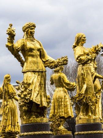 Photo pour Sculptures dans le parc stand sous la pluie aloone - image libre de droit
