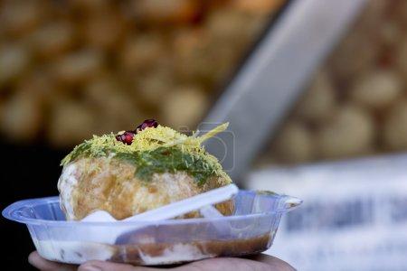 Photo pour Gros plan de panipuri avec du caillé à portée de main - image libre de droit