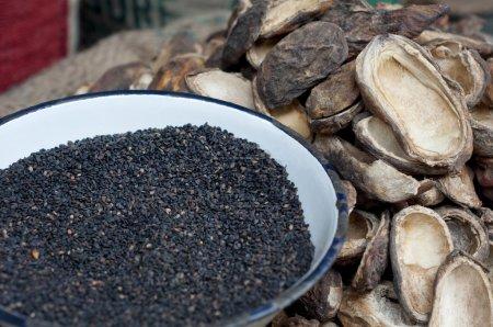 Photo pour Graines de sésame noir et de mangue à vendre sur le marché - image libre de droit