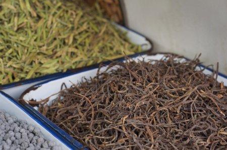 Photo pour Haricots vanille, bâtonnets de vanille à vendre au marché - image libre de droit