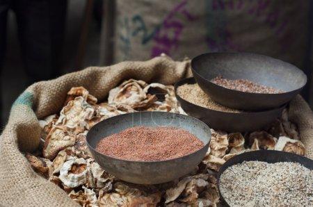 Photo pour Tranches de concombre jaune séchées et graines de moutarde pour la vente au marché, Inde. - image libre de droit