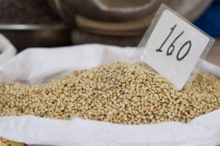 Photo pour Sac de graines de coriandre à vendre sur le marché avec étiquette de prix - image libre de droit