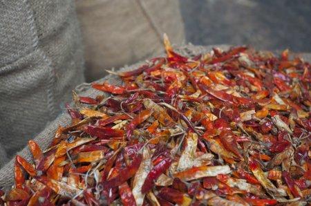 Photo pour Piments rouges séchés à vendre sur le marché - image libre de droit
