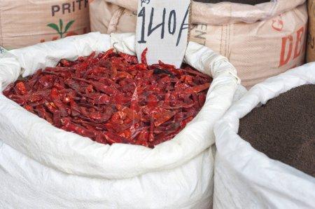 Photo pour Poivrons de piment rouge séchés à vendre sur le marché avec étiquette de prix - image libre de droit