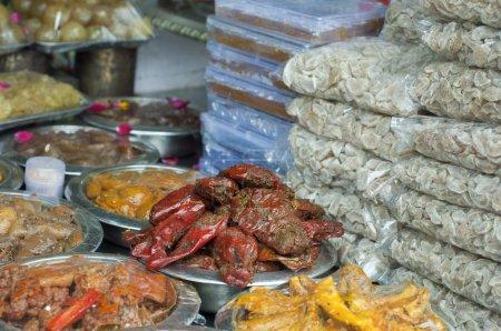 Photo pour Gros plan sur les cornichons à vendre au marché, Inde . - image libre de droit