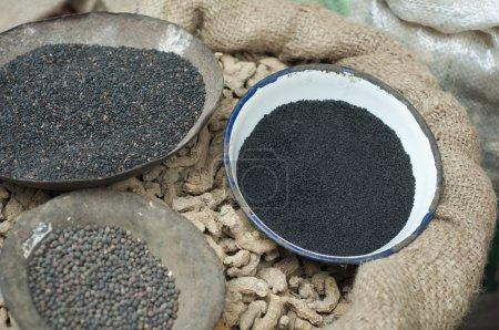 Photo pour Graines de sésame poivre noir et gingembre séché à vendre au marché - image libre de droit