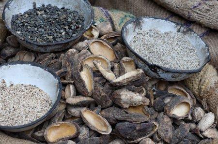 Photo pour Graines de sésame et de mangue à vendre sur le marché - image libre de droit