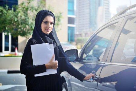 Photo pour EmArAti arabe fortunée, obtenant à l'intérieur de la voiture à Dubai, United Arab Emirates. - image libre de droit