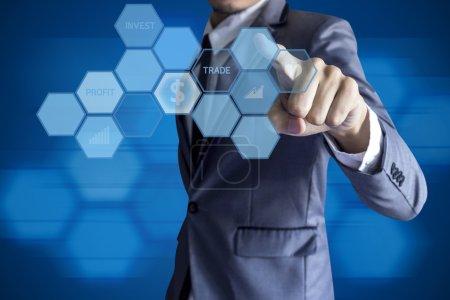 Photo pour Business man touch interface moderne pour l'investissement sur fond bleu . - image libre de droit