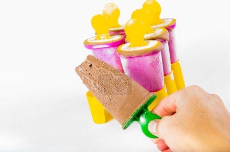 Foto de Paletas de chocolate en múltiples cajas de collor - Imagen libre de derechos
