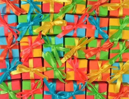 Photo pour Vue de dessus des cadeaux colorés comme toile de fond - image libre de droit