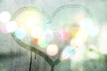 Photo pour Pluie d'automne, cœur sur verre - concept d'amour - image libre de droit