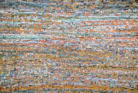 Photo pour Fond avec un motif de mosaïques d'inégales en forme irrégulières dans un design aléatoire, décor architectural plein cadre de tuiles ancienne mosaïque orange et bleu - image libre de droit