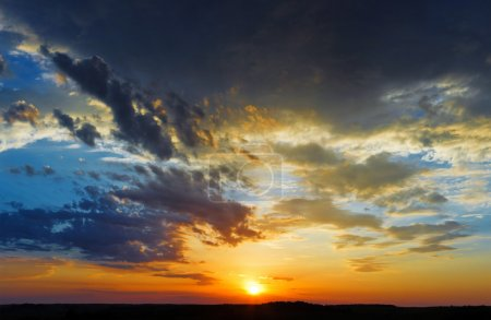 Photo pour Golden sunset sky and  clouds landscape - image libre de droit