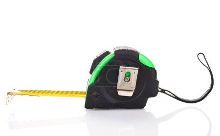 Photo pour Ruban à mesurer pour roulette à outils sur fond blanc - image libre de droit
