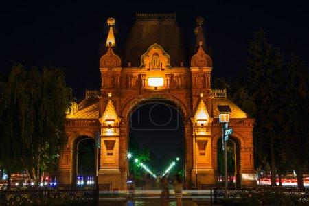 Photo pour Arc de triomphe Krasnodar la nuit - image libre de droit
