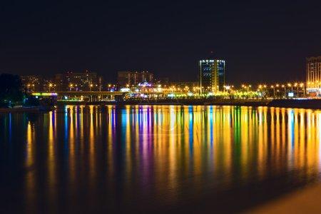 Photo pour Krasnodar nuit avec des reflets dans la rivière - image libre de droit