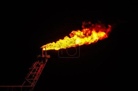 Photo pour Brûler le gaz ou le pétrole à la station Flare, Construction pétrolière et gazière - image libre de droit