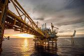 """Постер, картина, фотообои """"нефтяная и газовая платформа в заливе или море, мировой энергии, морской нефти и строительной плохой погоде буровой установки в морской нефти и газовой платформе"""""""