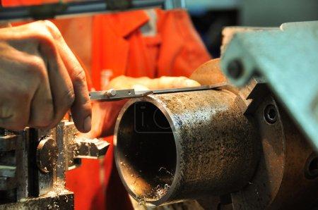 Photo pour Tour machine dans un atelier, Partie du tour. La machine de tour fonctionne sur l'atelier . - image libre de droit