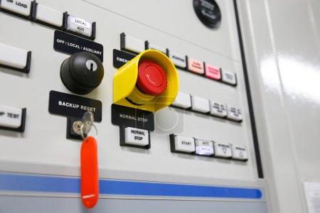 Photo pour Gros plan d'un compteur électrique, compteurs électriques pour un complexe d'appartements ou une usine pétrolière et gazière offshore - image libre de droit