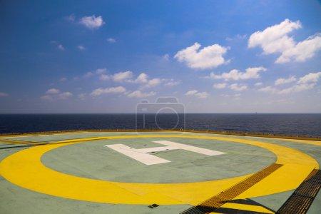 Photo pour Helideck de plate-forme de forage pétrolier et gazier dans l'industrie offshore, Aire d'atterrissage d'hélicoptère sur la plate-forme de construction en mer de l'industrie pétrolière et gazière ou de l'énergie pour le transfert de passagers . - image libre de droit