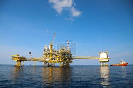 Photo pour Production et exploration pétrolières et gazières extracôtières. Production de pétrole et de gaz et principale plate-forme de construction dans la mer. Commerce de l'énergie. - image libre de droit