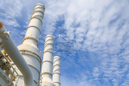 Photo pour Tour de refroidissement de l'usine de pétrole et de gaz, gaz chaud du processus se refroidissait comme le processus, La ligne comme l'échappement du système de turbine, Échappement de la centrale électrique - image libre de droit