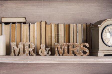 Lettres en bois au mariage avec l'inscription M. et Mme