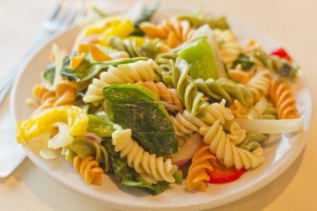 Photo pour Salade de pâtes tricolore charmante et vibrante aux légumes sains - image libre de droit