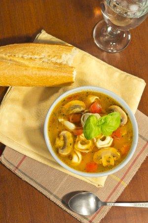 Photo pour Tortellini et soupe aux champignons aux tomates hachées - image libre de droit