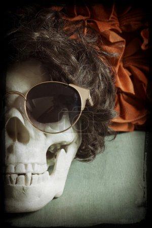 Photo pour Crâne humain cool détente comme une rock star - image libre de droit