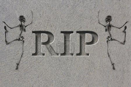 Photo pour Pierre tombale gravée, orthographe les lettres Rip avec squelettes - repose en paix - image libre de droit