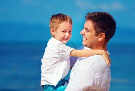 Photo pour Heureux père et fils embrasser, relation familiale - image libre de droit