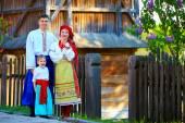 Ukrán családi portré öltözött hagyományos viseletek, a ház közelében